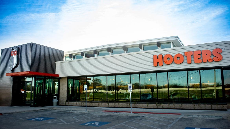 Hooter's | Yukon, OK